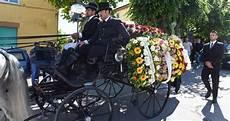carrozza funebre una carrozza funebre trainata da quattro cavalli gli