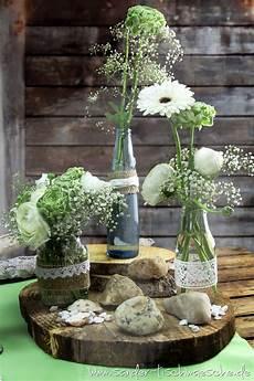 Blumendeko In Alten Flaschen Mit Spitze Und Jute Dekoriert