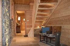 construire un escalier en bois interieur chalet lombard vasina entr 233 e spacieuse alliant et