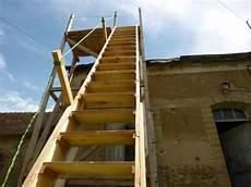 Un 233 Chafaudage En Bois 224 4m Avec Escalier Pour Refaire