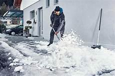 wann muss schneeräumen schnee r 228 umen und richtig streuen mit hornbach schweiz