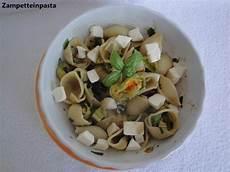 pasta fiori di zucca e alici conchiglie con fiori di zucca e alici zette in pasta