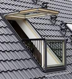 dachfenster mit balkon austritt der mini balkon zum ausklappen dachfenster dachgeschoss