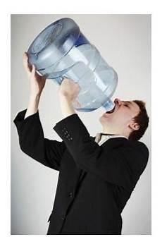 quanti bicchieri d acqua bisogna bere al giorno quanta acqua bere al giorno
