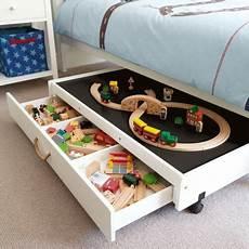 spielzeug aufbewahrung wohnzimmer aufbewahrung von spielzeug der platz unter dem bett ist