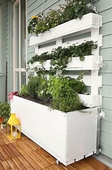 hochbeet auf dem balkon aus paletten erdbeeren kr 228 utern