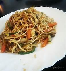gebratene nudeln mit gemüse chinesisch gebratene nudeln mit h 252 hnchenfleisch ei und