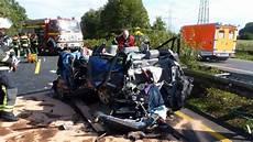 zwei menschen schwer verletzt auto bei unfall auf a30