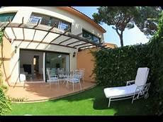 villa avec un petit jardin et piscine communitaire