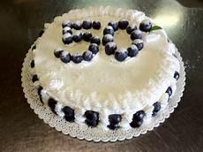 torta con crema pasticcera e panna montata torta pan di spagna farcito con crema pasticcera e fragole uva nera e panna montata www
