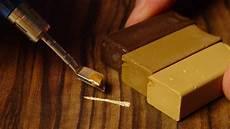 heimwerken kratzer im parkett mit wachs reparieren