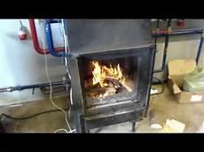 pelletofen wasserführend an heizung anschliessen wasserf 252 hrender kamineinsatz cht heizen mit holz