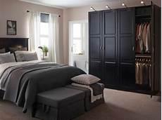 kleiderschrank schlafzimmer schwarzer kleiderschrank verleiht dem schlafzimmer eine