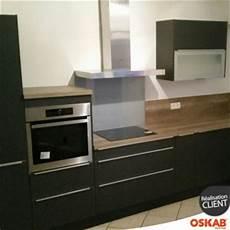 cuisine noir mate en l avec plan de travail en bois oskab