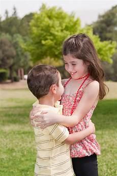 Ausmalbilder Bruder Und Schwester Bruder Und Schwester Die Affectionatly Umarmen Stockfoto