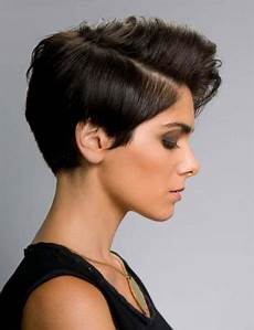 coupe courte cheveux ondulés coupe de cheveux qui font rajeunir coiffure simple et facile
