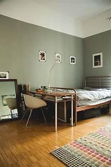 kleines zimmer wandfarbe berliner wohnung mit gr 252 ner wandfarbe und modernem bett in