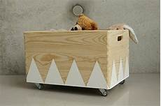 Spielzeugkisten Mit Deckel - spielzeugkiste holz mit deckel und rollen kinderspielzeug