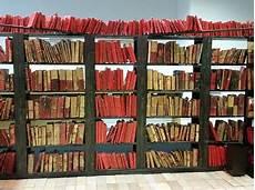 scaffali biblioteca verso la biblioteca di alessandria una lettura in forma