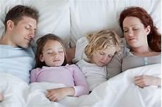a letto con mio figlio co sleeping mio figlio dorme ancora nel lettone