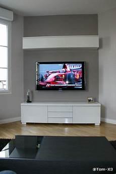 meuble tv accroché au mur tv accroch 233 e au mur et c 226 bles dans le mur d 233 co mur