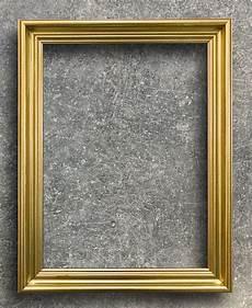 goldener bilderrahmen goldener bilderrahmen der weinlese auf rostzementwand