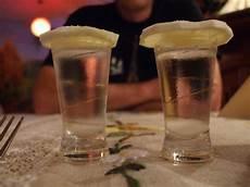 mortuaria crema si ubriaca fino a sembrare morto si risveglia in obitorio