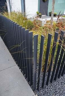 vorgarten zaun metall zaun im vorgarten gestalten modern metall latten grau kies