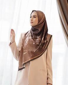 10 Kreasi Jilbab Segi Empat Ala Donita Yang Mudah Untuk