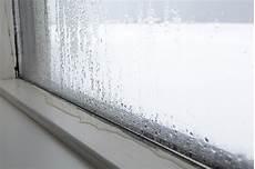 wasser an den fenstern im winter kondenswasser am fenster ursachen und ma 223 nahmen