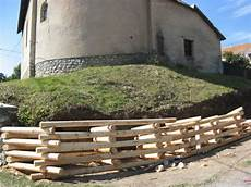 talus en rondins de bois sous la chapelle de chabottonnes