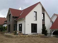 französischer balkon modern einfamilienhaus modern holzhaus zwerchgiebel mit