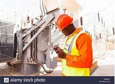 alte stromleitungen austauschen elektrische energie stockfotos elektrische energie