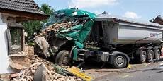 Schwerer Lkw Unfall In Schafst 228 Dt Ein Loch Und Viele