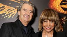 Wie Alt Ist Tina Turner - tina turners mann erwin bach erz 228 hlt ihrer ganz
