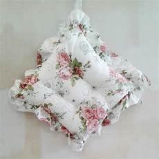 copriletti con volant cuscini per sedie con volant shabby roses casseri biancheria