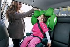 kindersitz für beckengurt kindersicherheit im auto crashtest bilder autobild de