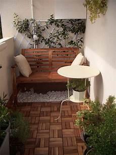 kleinen balkon gestalten teak holz bodenbelag sitzbank aus