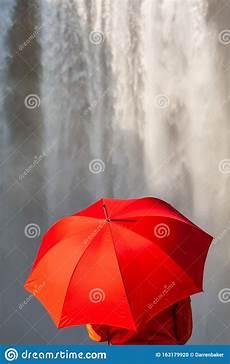 Gratis Malvorlagen Regenschirm Island Junge Frau With Umbrella Vor Einem Wasserfall