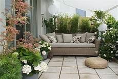 terrassenumrandung mit pflanzen dachterrasse unter m sonnensegel bilder und fotos