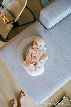 baby von sofa nettes baby mit den blauen augen die auf dem sofa spielen