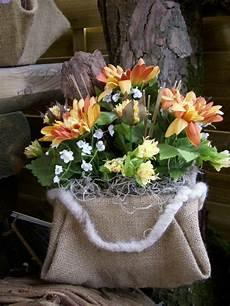 topfblumen als geschenk verpacken blumen gesteck natur chrysanthemen rinde orange gelb