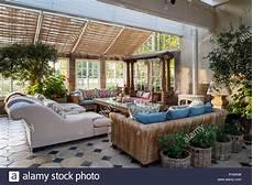 wintergarten als wohnzimmer wintergarten esszimmer mit sofas stockfoto bild