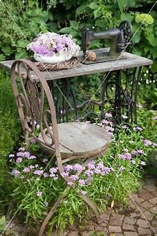 Deko Stuhl Garten - vintage stuhl vor alter n 228 hmaschine mit blumenschale und