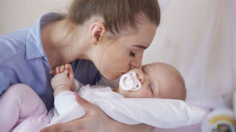 bébé dort dans sa chambre réponse d expert quot mon bébé ne s endort que quand je suis