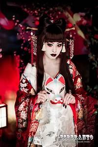 A modern take of an oiran at a kimono photography ...