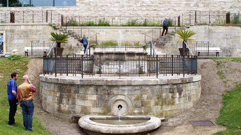 Zisterne Und Brunnen Im Garten by Springbrunnen Vor Der Grimmwelt Sprudelt Wieder Mitte