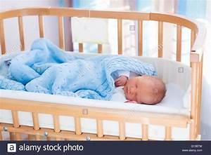 Baby Wiege Bett : neugeborenes baby im krankenzimmer neues kind geboren in ~ Michelbontemps.com Haus und Dekorationen