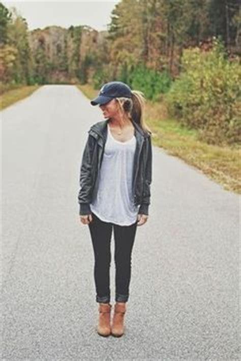 comment porter une casquette essaie d associer un caban noir avec un jean bleu clair pour une tenue confortable aussi