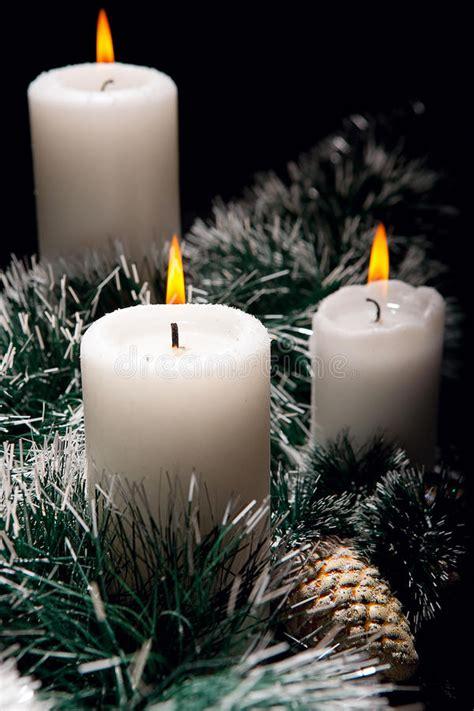 immagini di candele di natale decorazioni di natale con le candele fotografia stock